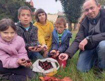 Więcej o: Wychowankowie wspierają akcję zbiórki kasztanów na rehabilitację Karolka Woźniaka.